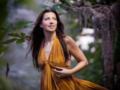 Sonja Aldén. Singing.